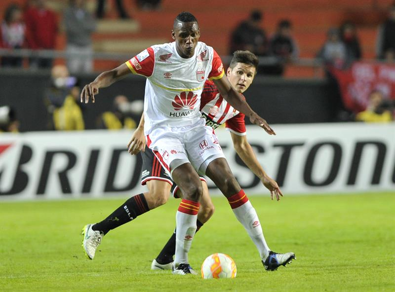 Guido Carrillo (d) de Estudiantes ante Yerry Mina (i) de Independiente Santa Fe. EFE