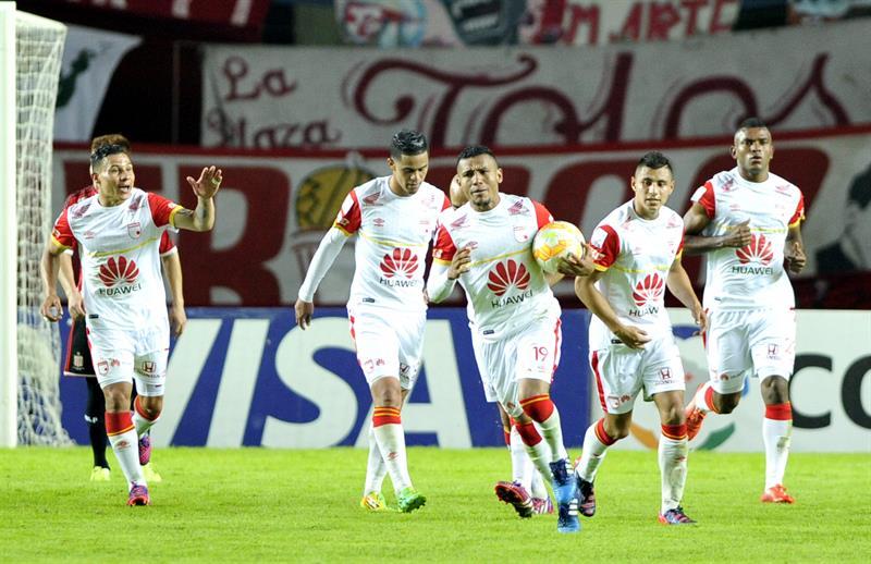 Los jugadores de Independiente Santa Fe festejan el gol conseguido contra Estudiantes de La Plata. EFE