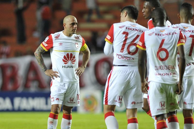Los jugadores de Independiente Santa Fe abandonan el terreno de juego tras la derrota contra Estudiantes de La Plata. EFE