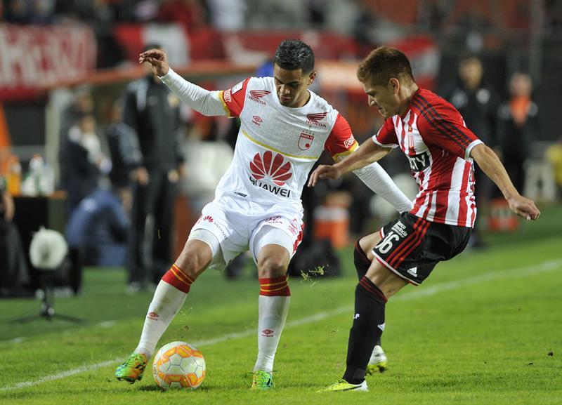 Leonardo Gil (d) de Estudiantes ante Yulián Anchico (i) de Independiente Santa Fe. EFE