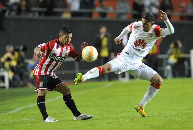 Luciano Acosta (i) de Estudiantes ante Yulián Anchico (d) de Independiente Santa Fe. EFE
