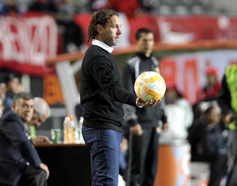 El entrenador de Estudiantes de La Plata, Gabriel Milito, ante Independiente Santa Fe. EFE