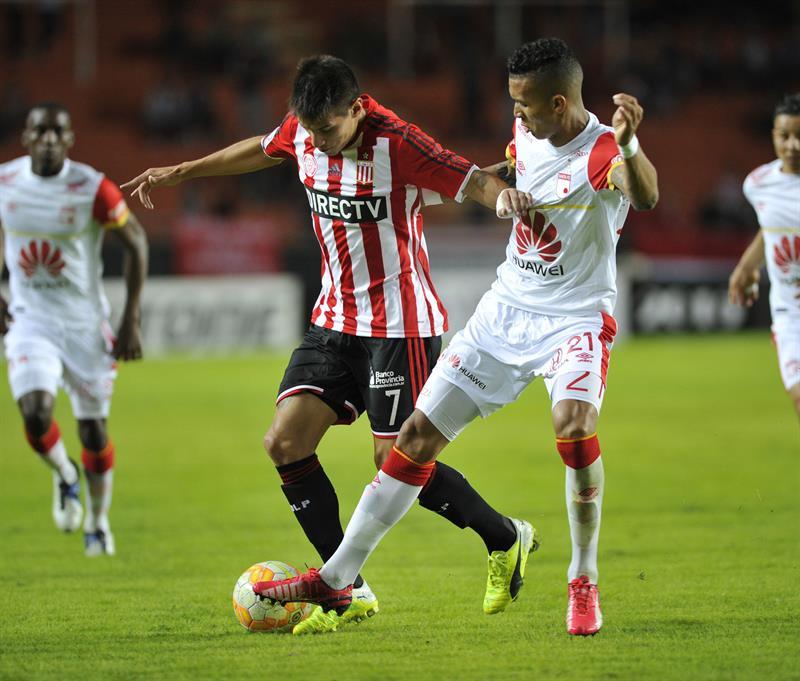 Carlos Auzqui (i) de Estudiantes ante Francisco Meza (d) de Independiente Santa Fe. EFE