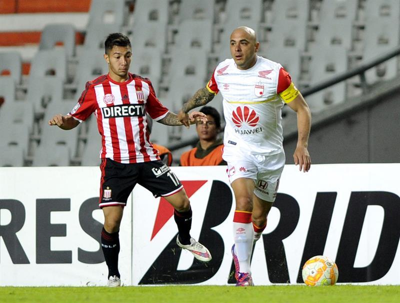 Luciano Acosta (i) de Estudiantes ante Omar Pérez (d) de Independiente Santa Fe. EFE