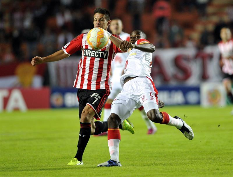 Carlos Auzqui (i) de Estudiantes ante Dairon Mosquera (d) de Independiente Santa Fe. EFE