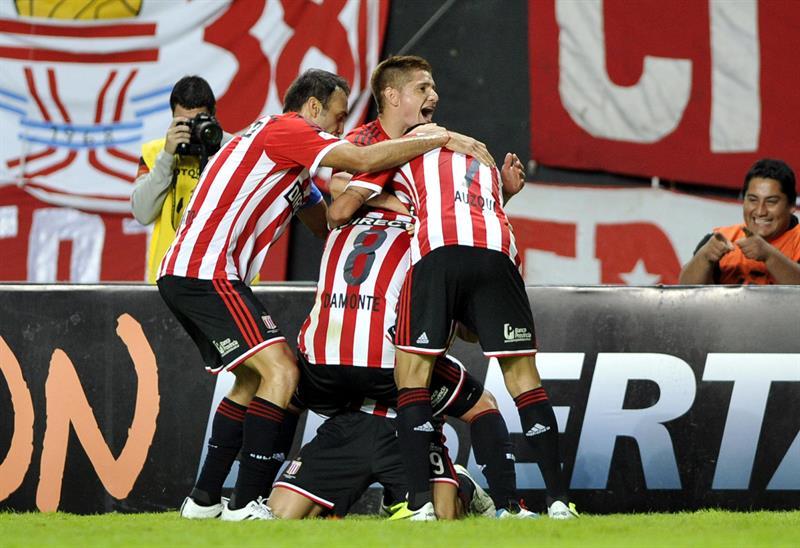 Jugadores de Estudiantes celebran un gol ante Independiente Santa Fe. EFE