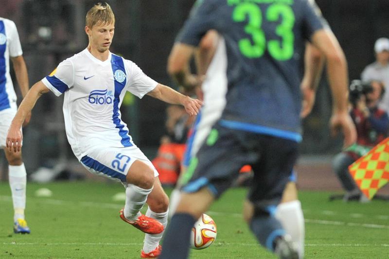 El jugador del Dnipro Valeriy Fedorchuk (i) ante Nápoles. EFE