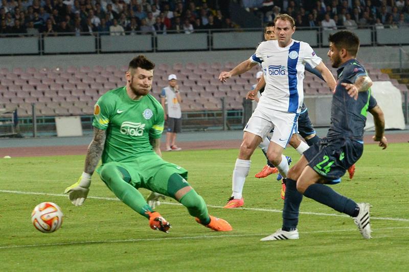 El jugador de Nápoles Lorenzo Insigne (d) trata de convertir ante el portero del Dnipro Denys Boyko. EFE