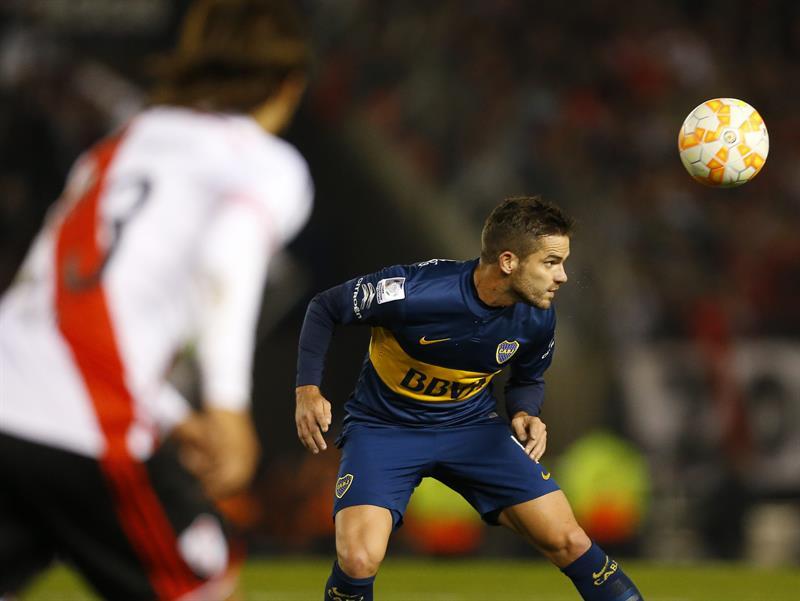 El jugador de Boca Juniors Fernando Gago (d) cabecea el balón. Foto: EFE