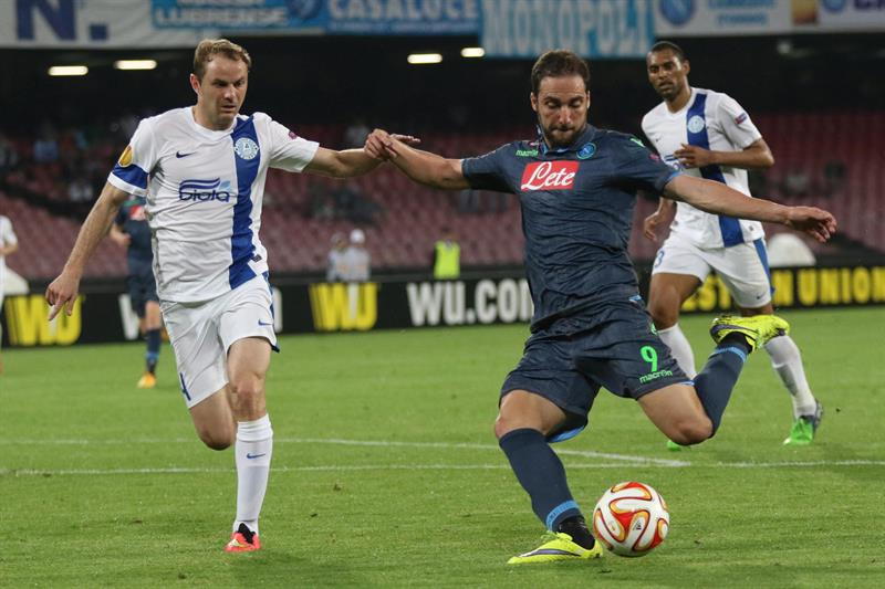 El jugador de Nápoles Gonzalo Higuaín (d) se dispone a patear el balón ante la marca de Yevhen Cheberyachko (i), del Dnipro. EFE