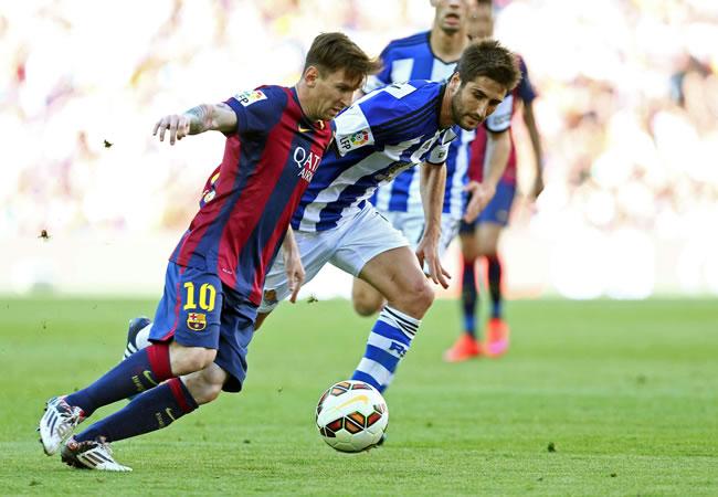 El delantero argentino del FC Barcelona Lionel Messi (i) con el balón ante el centrocampista de la Real Sociedad Markel Bergara. Foto: EFE