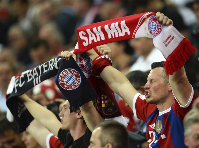 Los seguidores del Bayer de Múnich animan a su equipo antes del partido de vuelta de las semifinales de la Liga de Campeone. Foto: EFE