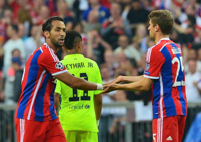 Los jugadores del Bayern Medhi Benatia (i) y Bastian Schweinsteiger (d) celebran después de anotar un gol. Foto: EFE