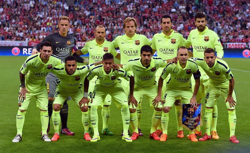 los jugadores de FC Barcelona formados ante el Bayern Múnich. Foto: EFE