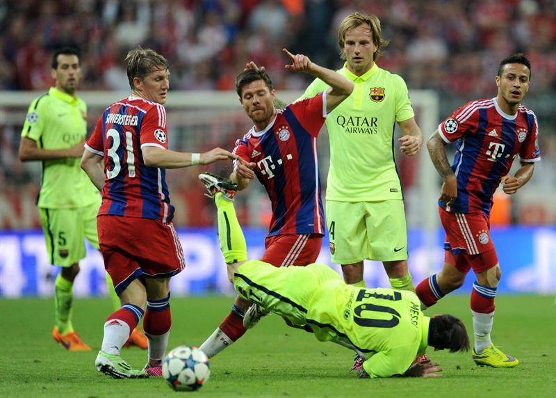 Los jugadores de Bayern Bastian Schweinsteiger (i), Xabi Alonso (c) y Thiago Alcantara (d) disputan el balón con Lionel Messi. Foto: EFE