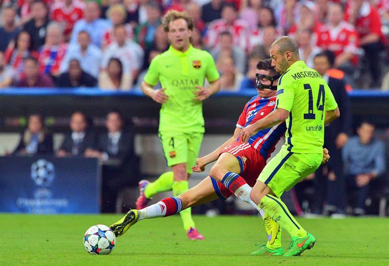 El jugador del Bayern Robert Lewandowski (c) disputa el balón con Javier Mascherano (d), de Barcelona. Foto: EFE