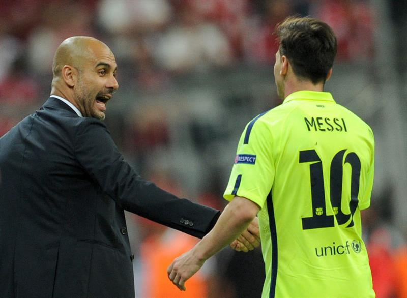 El director técnico del Bayern, Pep Guardiola (i), estrecha la mano del futbolista Lionel Messi (d), del Barcelona. Foto: EFE