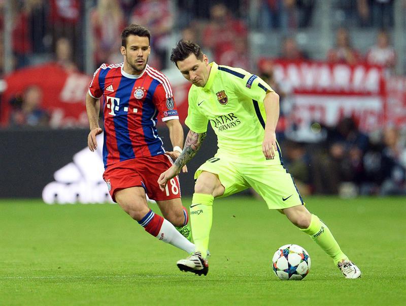 El jugador de Bayern Juan Bernat (i) marca a Lionel Messi (d), de Barcelona. Foto: EFE