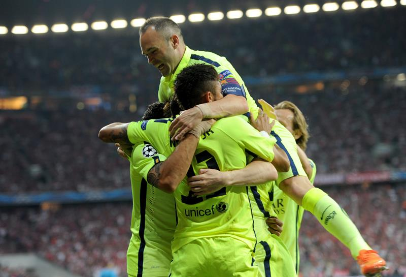Jugadores del Barcelona celebran después de anotar el gol del empate. Foto: EFE
