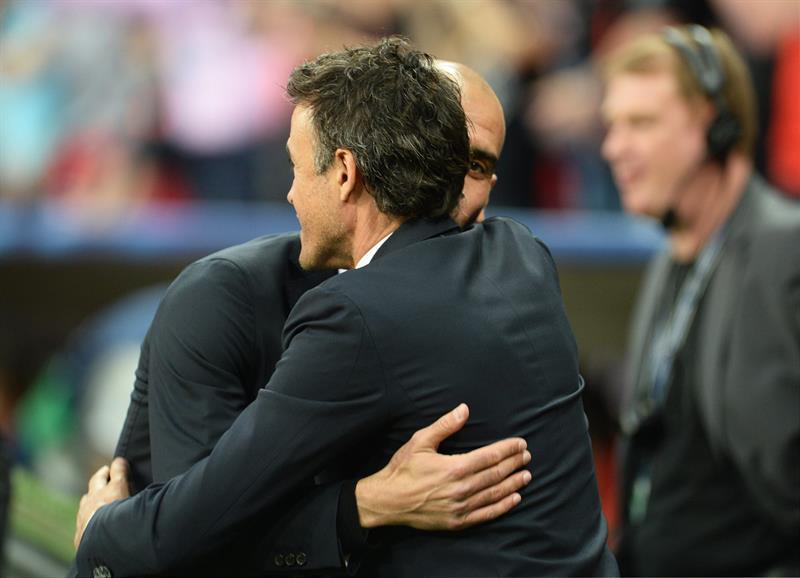 El director técnico de Barcelona, Luis Enrique (d), saluda a su par del Bayern, Pep Guardiola. Foto: EFE