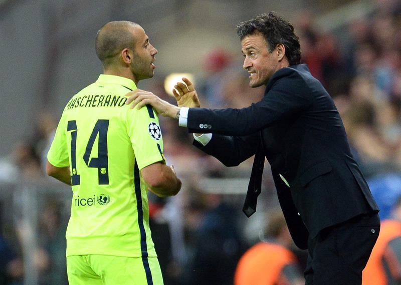 El director técnico de Barcelona, Luis Enrique (d), da instrucciones al jugador Javier Mascherano. Foto: EFE