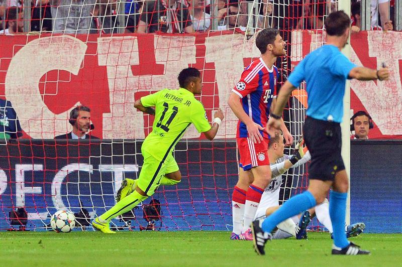 El jugador de Barcelona Neymar (i) celebra después de anotar un gol. Foto: EFE
