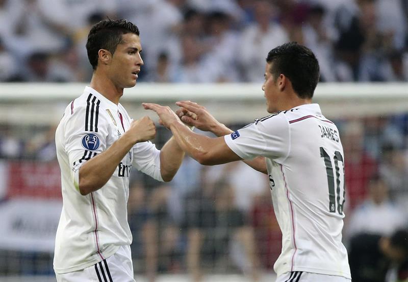 El delantero portugués del Real Madrid Cristiano Ronaldo (i) celebra con su compañero, el centrocampista colombiano James Rodríguez. Foto: EFE