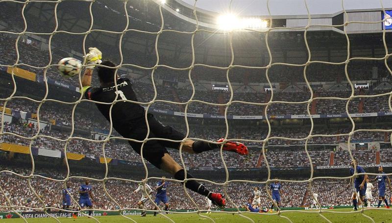 El portero de la Juventus de Turín, Gianluigi Buffon, hace una parada. EFE