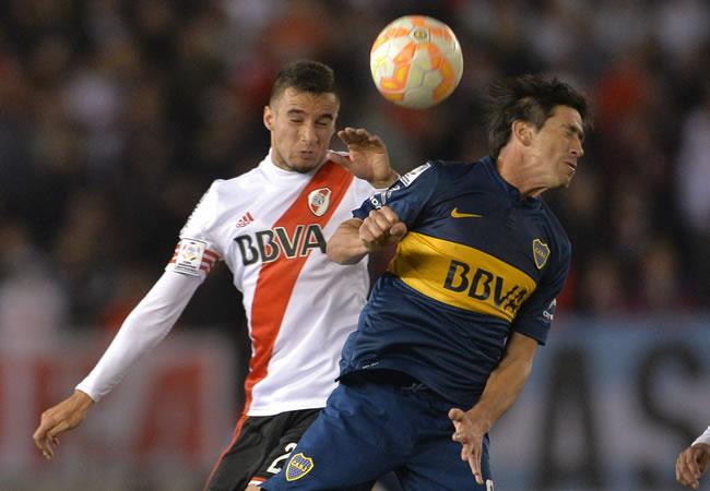 El jugador de Boca Juniors Pablo Pérez (d) disputa el balón con Emanuel Mamanna (i), de River Plate. Foto: EFE