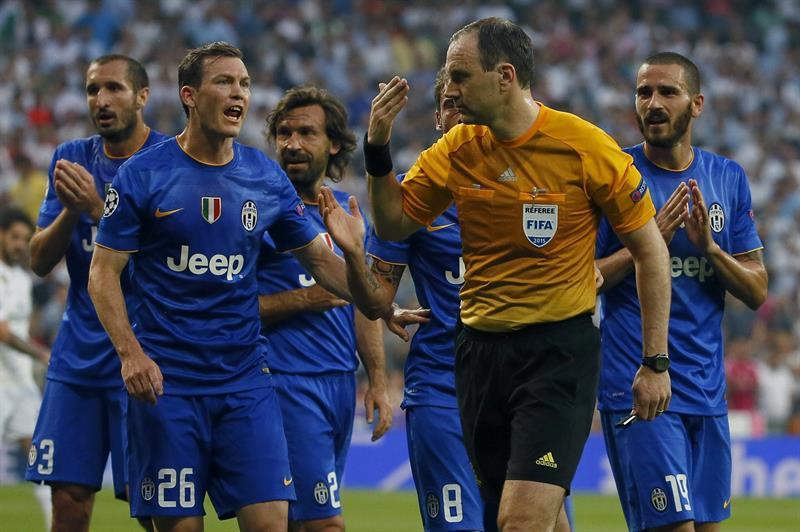 Los jugadores de la Juventus de Turin protestan al árbitro sueco Jonas Eriksson (c), tras señalar penalti. Foto: EFE