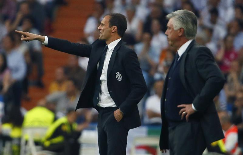 El entrenador de la Juventus de Turín, Massimiliano Allegri (i), da instrucciones a sus jugadores. Foto: EFE