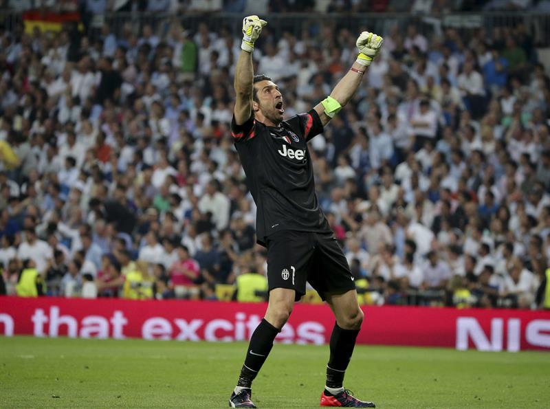 El portero de la Juventus de Turín, Gianluigi Buffon, celebra el gol del empate de su equipo ante el Real Madrid. EFE