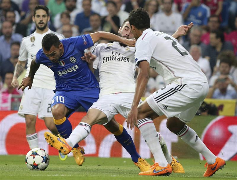 El delantero argentino de la Juventus Carlos Tévez (i) lucha el balón con Daniel Carvajal (c) y el francés Raphael Varane, del Real Madrid. Foto: EFE