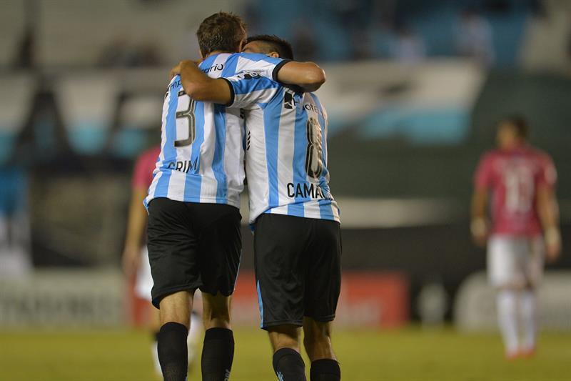 Los jugadores de Racing Leandro Grimi (i) y Washington Camacho (d) celebran después de anotar un gol ante Wanderers. EFE