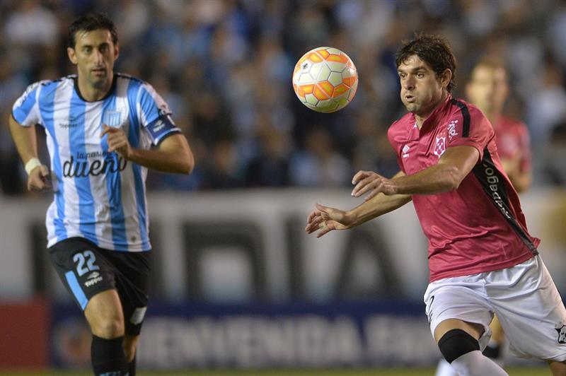 Santiago Bellini (d) de Wanderers en acción ante Racing, durante un partido por los octavos de final. EFE