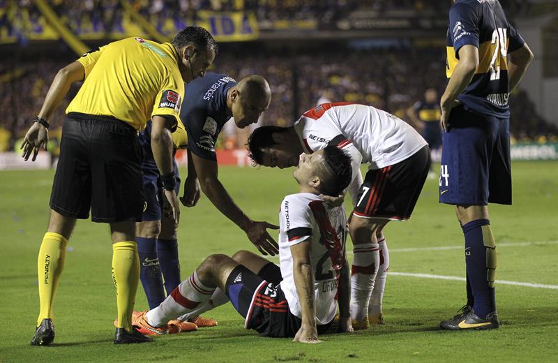 Sebastián Driussi de River Plate es asistido. Foto: EFE