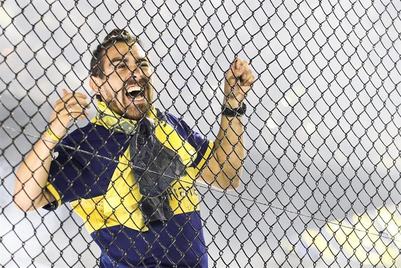 Aficionados de Boca Juniors animan a su equipo. EFE