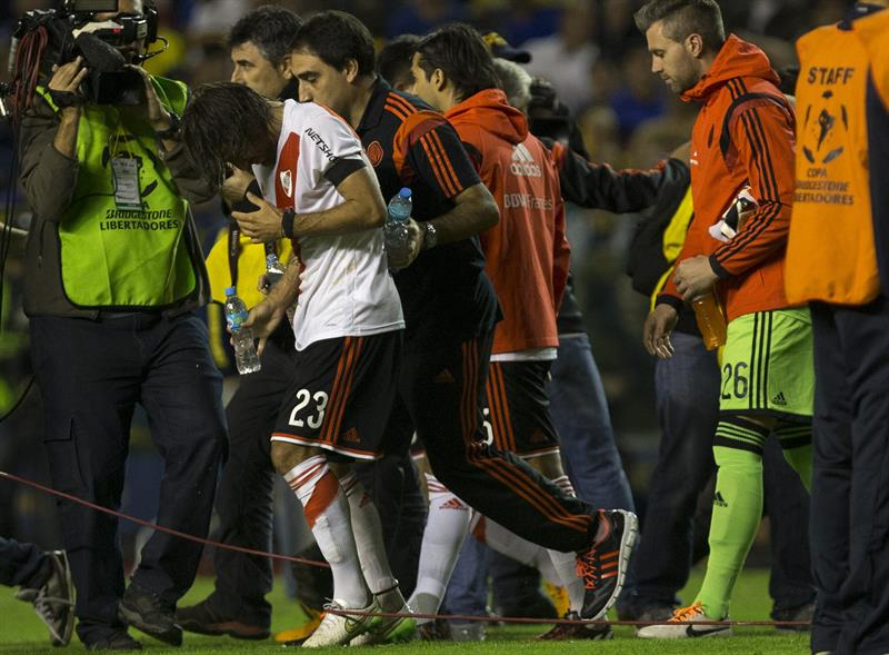 Leonardo Ponzio de River Plate es asistido al salir del túnel para disputar el segundo tiempo. EFE