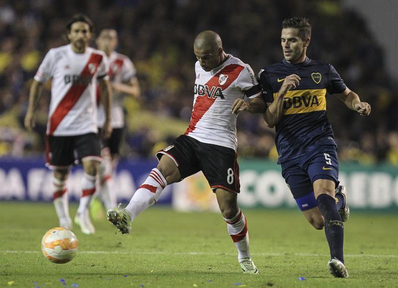 Fernando Gago de Boca Juniors disputa el balón con Carlos Sánchez de River Plate. Foto: EFE