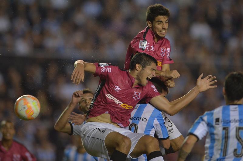 El jugador de Wanderers Santiago Bellini, durante un partido entre Racing y Wanderers. EFE