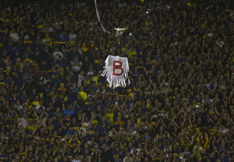 Vista de un dron con una bandera recordando el paso de River Plate por la B. EFE