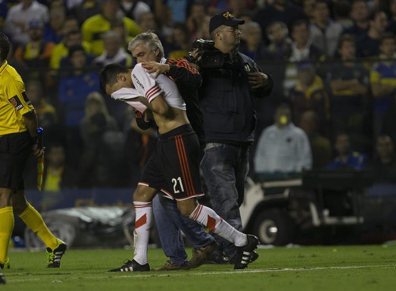 Leonel Vangioni de River Plate es asistido al salir del túnel para disputar el segundo tiempo. EFE
