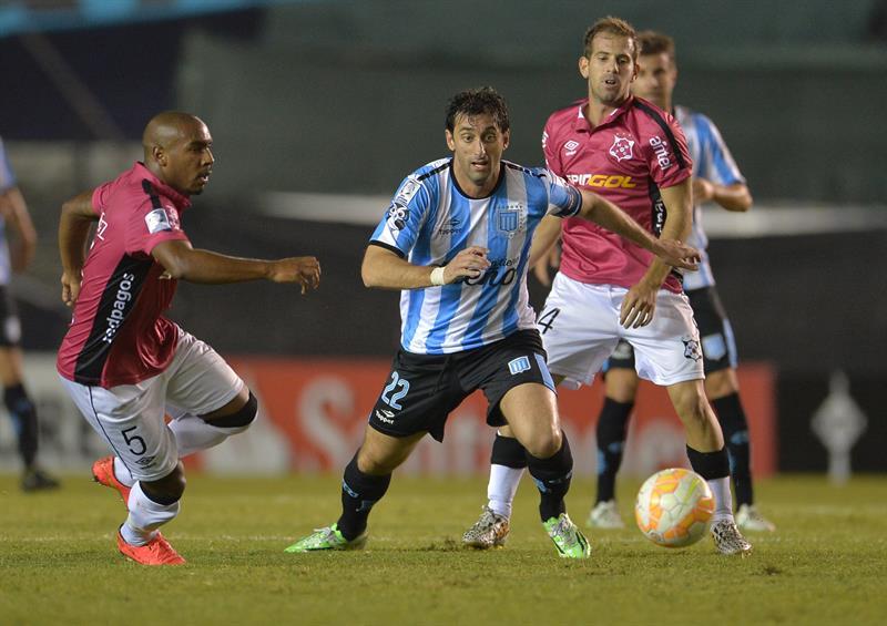 El jugador de Racing Diego Milito disputa el balón con Santiago Martínez (i), de Wanderers. EFE
