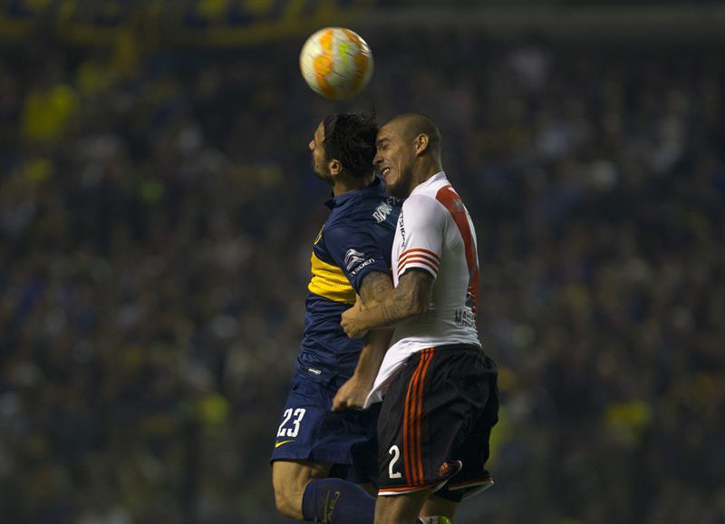 El jugador Daniel Osvaldo de Boca Juniors (i) disputa el balón con Jonatan Maidana (d) de River Plate. Foto: EFE
