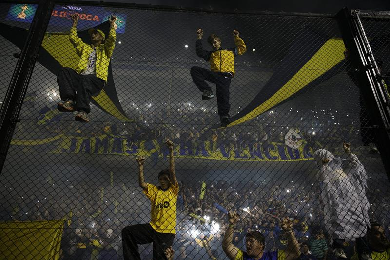 Seguidores de Boca Juniors animan a su equipo. EFE