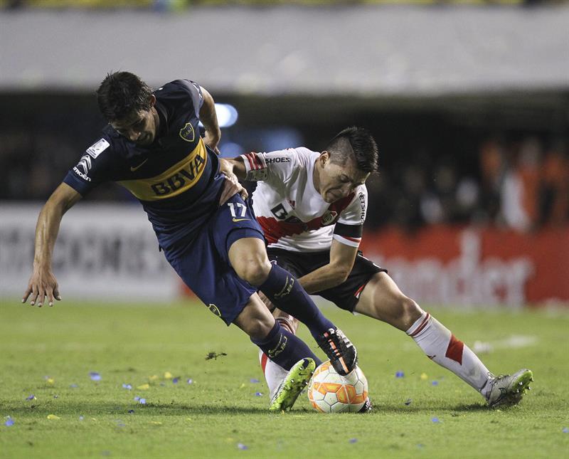 El jugador Marcelo Meli (i) de Boca Juniors disputa el balón con Matias Kranevitter (d) de River Plate. Foto: EFE