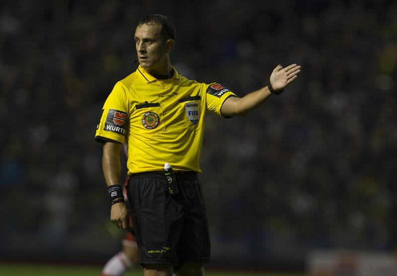 El árbitro Dario Herrera dirige Boca Juniors y River Plate. Foto: EFE
