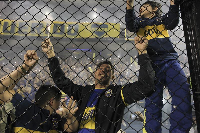 Simpatizantes de Boca Juniors aguardan el comienzo del partido ante River Plate. EFE