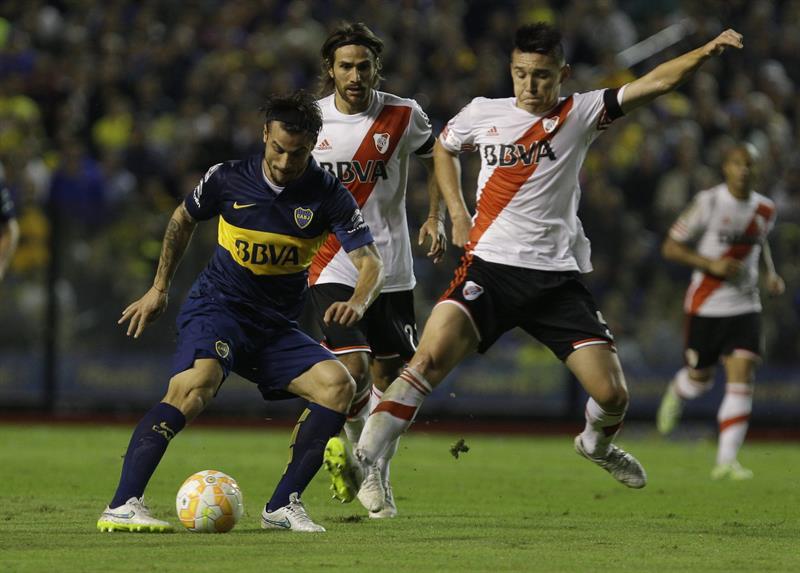 El jugador Daniel Osvaldo (i) de Boca Juniors disputa el balón con Matias Kranevitter (d) de River Plate. EFE