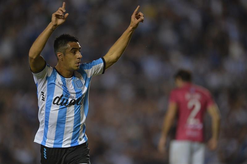 El jugador de Racing Washington Camacho celebra después de anotar un gol ante Wanderers. EFE